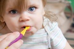 Das Kleinkind, das ihr neue Zähne erhält, säuberte stockfotografie
