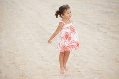Das Kleinkind springend auf den Sand Lizenzfreie Stockfotos