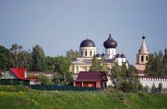 Das Kloster und die Dreifaltigkeitskirche Uspensky auf der Bank des Flusses von Volga in der Stadt von Staritsa Tver Region Russl Stockfotos