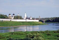 Das Kloster und die Dreifaltigkeitskirche Uspensky auf der Bank des Flusses von Volga in der Stadt von Staritsa Tver Region Russl Stockfoto