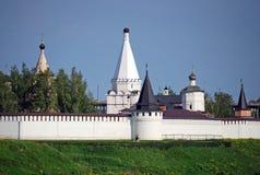 Das Kloster und die Dreifaltigkeitskirche Uspensky auf der Bank des Flusses von Volga in der Stadt von Staritsa Tver Region Russl Lizenzfreie Stockfotos