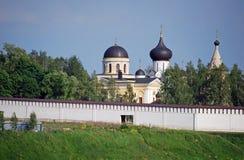 Das Kloster und die Dreifaltigkeitskirche Uspensky auf der Bank des Flusses von Volga in der Stadt von Staritsa Tver Region Russl Stockbilder