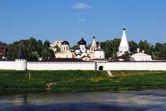 Das Kloster und die Dreifaltigkeitskirche Uspensky auf der Bank des Flusses von Volga in der Stadt von Staritsa Tver Region Russl Stockbild