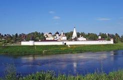 Das Kloster und die Dreifaltigkeitskirche Uspensky auf der Bank des Flusses von Volga in der Stadt von Staritsa Tver Region Russl Stockfotografie