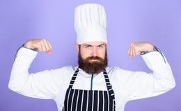Das Kochen ist meine Energie Kochen der einfachen und angenehmen Besetzung Gewordener Chef am Restaurant Berufschef ?berzeugt stockfotos