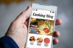 das Kochen von Blog Smartphone halten Lizenzfreies Stockbild