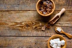 Das Kochen von Bonbons stellte mit verschiedenen Zuckerklumpen auf rustikalem Draufsichtmodell des Tabellenhintergrundes ein Stockfotografie