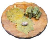 Das Kochen von dolma von den Weinblättern und zerkleinern Stockfoto