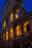 Das Kolosseum nachts stockbild