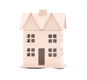 Das Konzept, das Haus von der goffered Pappe, lokalisiert auf einem Weiß Stockfoto