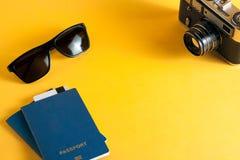 Das Konzept der Freizeit und des Tourismus biometrischer Pass, Sonnenbrille und Versorgungen für Reisende lizenzfreies stockbild