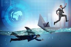 Das Konzept der Geschäftsmänner in Konkurrenz mit Haifisch lizenzfreie stockfotografie