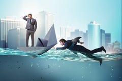 Das Konzept der Geschäftsmänner in Konkurrenz mit Haifisch lizenzfreies stockfoto