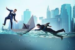 Das Konzept der Geschäftsmänner in Konkurrenz mit Haifisch stockfotos