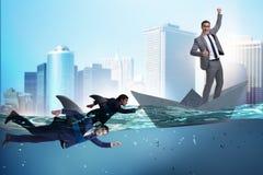 Das Konzept der Geschäftsmänner in Konkurrenz mit Haifisch lizenzfreie stockfotos