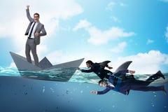 Das Konzept der Geschäftsmänner in Konkurrenz mit Haifisch stockfotografie