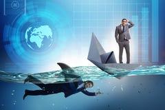 Das Konzept der Gesch?ftsm?nner in Konkurrenz mit Haifisch lizenzfreie stockfotografie