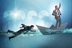 Das Konzept der Gesch?ftsm?nner in Konkurrenz mit Haifisch stockfotografie