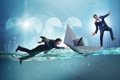 Das Konzept der Gesch?ftsm?nner in Konkurrenz mit Haifisch lizenzfreie stockfotos