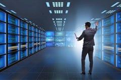 Das Konzept der großen Datenverwaltung mit Geschäftsmann lizenzfreie stockfotos