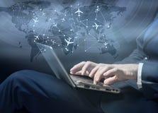 Das Konzept der on-line-Anmeldung für Flugzeugverkehr lizenzfreie stockbilder