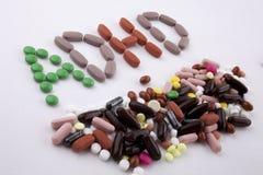 Das Konzept der medizinischen Behandlung der Handschrifttexttitelinspiration, das mit Pillen geschrieben wird, mischt Kapselwort  Lizenzfreie Stockfotos
