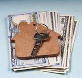 Das Konzept: der Verkauf der Wohnung, der Mietwohnung, der Immobilien, der Finanzierung, der Hypothek Dollarbanknoten und des Sch Stockbilder
