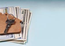 Das Konzept: der Verkauf der Wohnung, Mietwohnung, Immobilien, Finanzierung, Hypothek Dollarbanknoten und der Schlüssel zur Unter Lizenzfreies Stockfoto