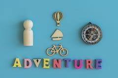 Das Konzept des Abenteuers und der Reise Hölzerne Modelle von Leute-, Auto-, Zug-, Fahrrad-, Ballon-, Flugzeug- und Yachtha-Blau stockbild