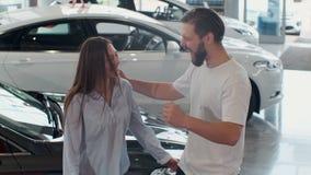 Das Konzept des Kaufens oder des Mietens eines Autos Junge gl?ckliche zwischen verschiedenen Rassen Paare mit Neuwagenschl?sseln stock footage