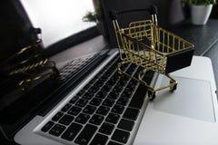Das Konzept des on-line-Einkaufens Stockfotos