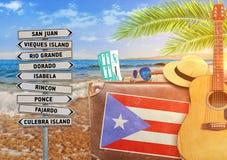 Das Konzept des Sommers reisend mit altem Koffer und Puerto- Ricostadt unterzeichnen Stockfoto