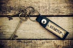 Das Konzept 'des Starts' wird durch Schlüssel und Silber Schlüssel-cha übersetzt Stockfotografie