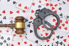 Das Konzept des Verbots auf dem Spielen Hammer des Richters und der Handschellen lizenzfreies stockfoto
