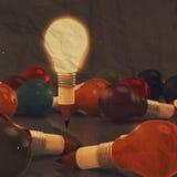 Das Konzept des Zeichnungsideen-Bleistifts und der Glühlampe, das mit kreativ ist, zerknittern Stockbilder