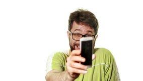 Das Konzept eines defekten Geräts Lustiger Mann mit Bart und Gläser, die seinen rosa Smartphone betrachten Er wütend hysterisch stock video footage