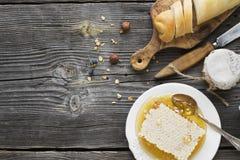 Das Konzept eines einfachen Landfrühstücks mit Honig und selbst gemachtem Brot Stockbilder