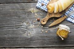 Das Konzept eines einfachen Landfrühstücks mit Honig und selbst gemachtem Brot Lizenzfreie Stockbilder