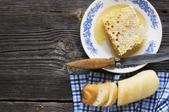 Das Konzept eines einfachen Landfrühstücks mit Honig und selbst gemachtem Brot Lizenzfreies Stockfoto