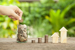 Das Konzept von den Sparguthaben, zum eines Hauses zu kaufen Stockbild