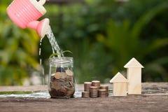 Das Konzept von den Sparguthaben, zum eines Hauses zu kaufen Stockfoto