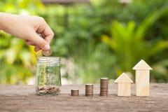 Das Konzept von den Sparguthaben, zum eines Hauses zu kaufen Lizenzfreies Stockfoto