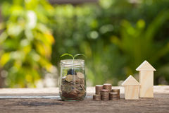 Das Konzept von den Sparguthaben, zum eines Hauses zu kaufen Lizenzfreie Stockfotos