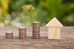 Das Konzept von den Sparguthaben, zum eines Hauses zu kaufen Lizenzfreies Stockbild