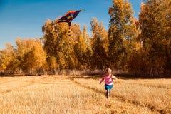 Das Konzept von livestyle und der Familie Erholung im Freien im Herbst lizenzfreie stockfotos