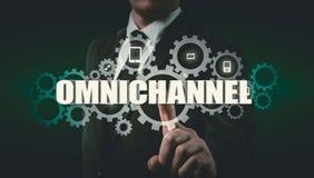 Das Konzept von Omnichannel zwischen den Geräten, zum der Leistung der Firma zu verbessern Innovative Lösungen im Geschäft lizenzfreies stockfoto