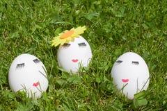 Das Konzept von Ostern, zum von drei Eiern zu malen, bilden auf grünem Hintergrund Stockfotos