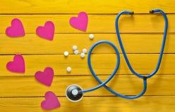 Das Konzept von Sorgfalt für das Herz Kardiologieausrüstung Prüfung des Herzens auf Krankheiten Stethoskop, Herz, Tabletten auf e Stockfotografie