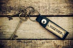 Das Konzept von 'zusammen' wird durch Schlüssel und Silber Schlüsselch übersetzt Stockbilder