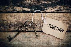 Das Konzept von 'zusammen' wird durch Schlüssel und Silber Schlüsselch übersetzt Stockfotografie